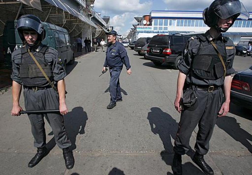 epa00798919 A police line blocks the entrance to the Izmailovo market in Moscow, Monday 21 August 2006. Up to ten people died and around 40 were injured Monday when a bomb was detonated at a crowded Moscow market in a suspected crime gang feud.  EPA/SERGE